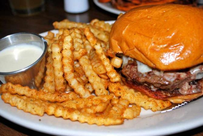 Pour House burger and famous fries   © Jessica Rossi/Flickr