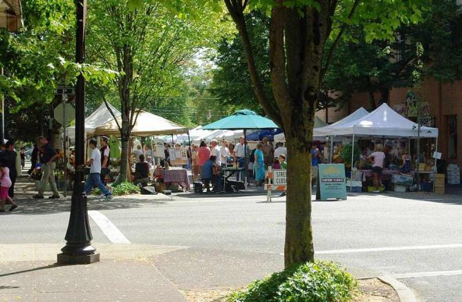 Downtown farmers market in McMinnville, OR   © M.O. Stevens/WikiCommons