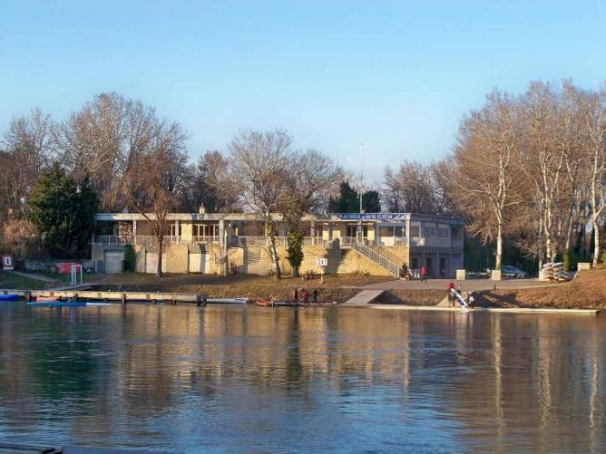Rowing club on the Ile de la Barthelasse