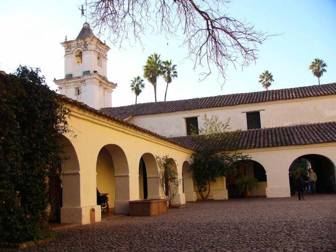 Inside the Cabildo courtyard Ⓒ Fulviusbsas/WikiCommons