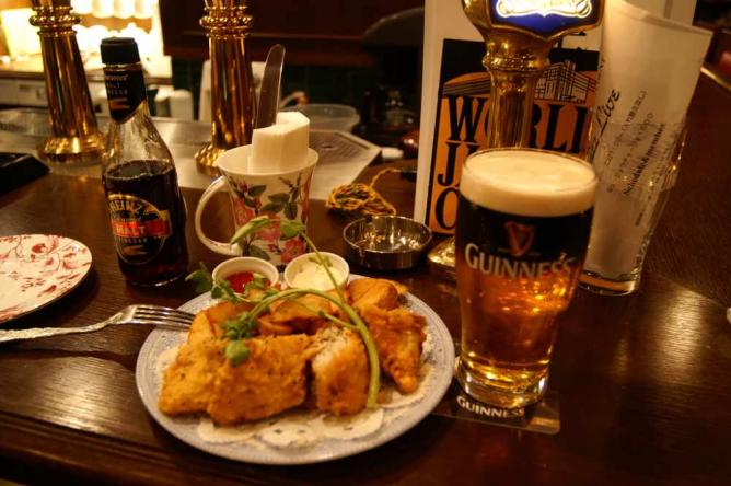 Beer and fish and chips | © Hideyuki Kamon/Flickr