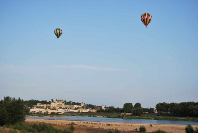 Balloons Over Amboise   © Crackzv8/WikiCommons