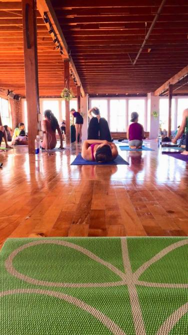 Afternoon class at San Francisco Yoga to the People studio | © Sally Baker
