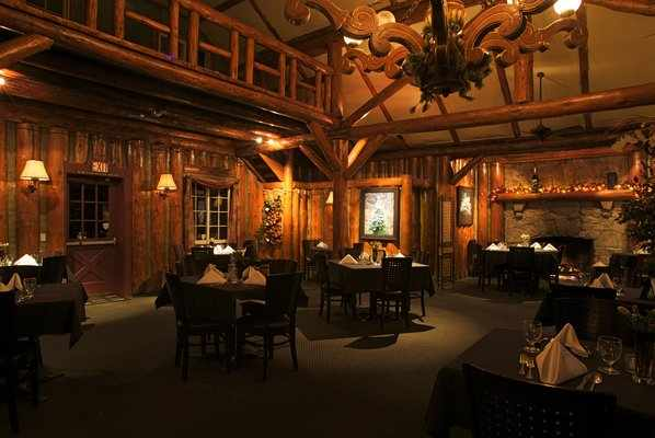 Antler's Inn Main Dining Room | ©LakeArrowhead.com