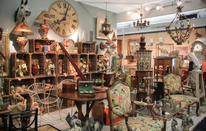 Fascinating treasures in an antique shop  | © Kotomi_/Flickr