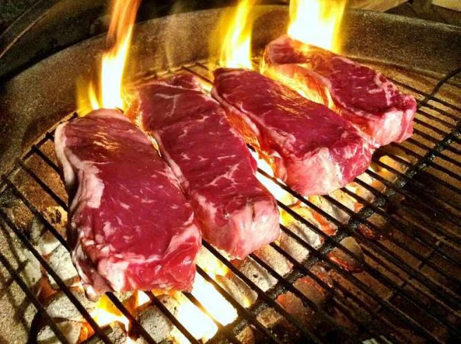 Steak cooking on the parrilla Ⓒ _BuBBy_/WikiCommons