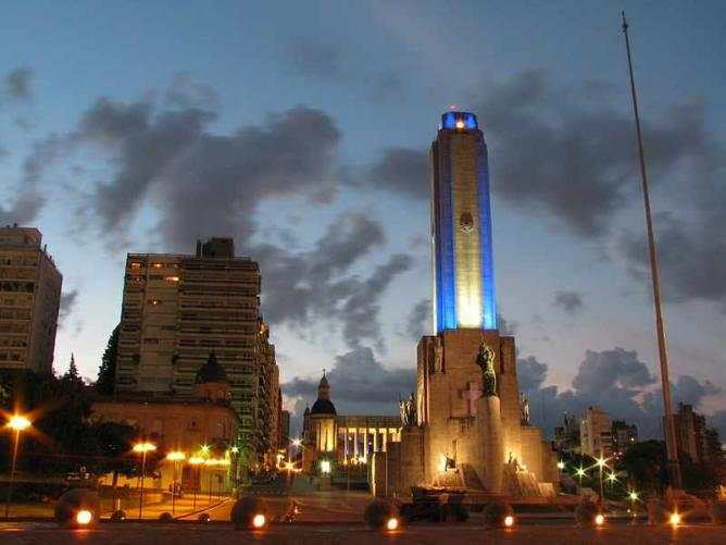 Rosario's National Flag Monument at dusk Ⓒ Lu6fpj/WikiCommons