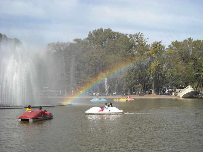 Paddle boats on the lake, Parque Independencia Ⓒ Robertoe/WikiCommons