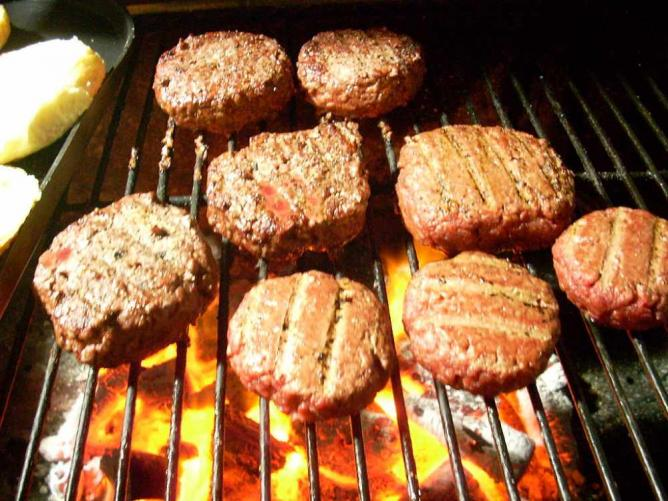 Grilling burgers | © Carlos Lopez/WikiCommons