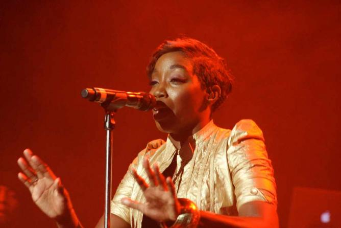 Estelle performing at Paramount Theater in 2009 | © Julio Enriquez/Flickr
