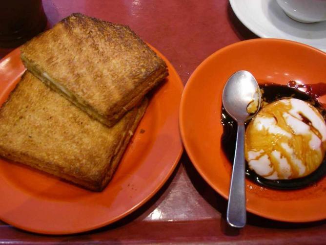 Kaya toast and soft boiled eggs | © Hajime Nakano/Flickr