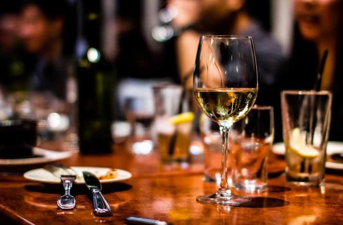 A Drink With Dinner | © Daniel Lee /Flickr