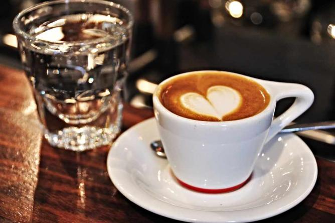 A classic latte sits at the bar of Intelligencia in Chicago.