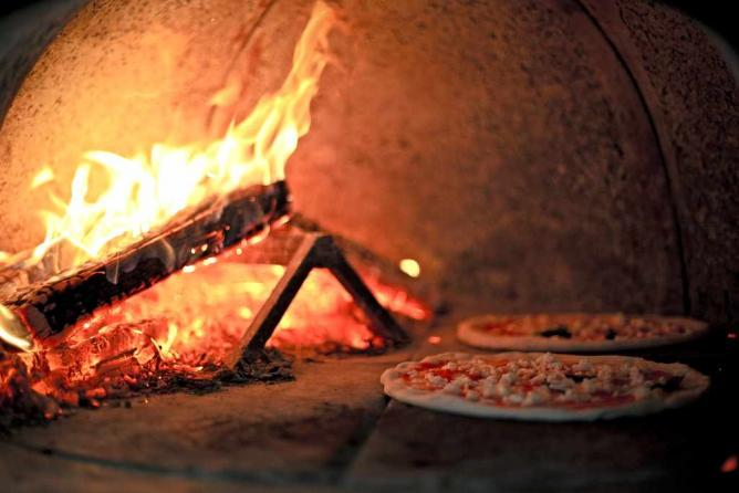 Wood fired pizza |©Basheer Tome/Flickr