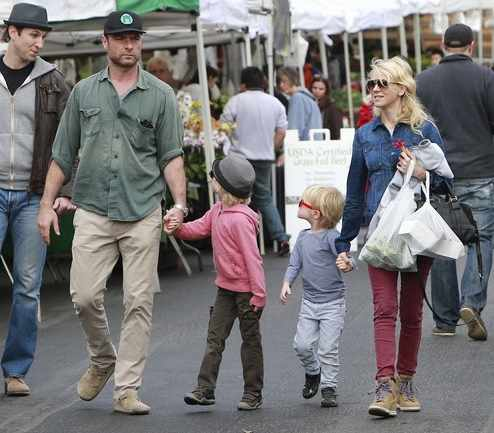 Naomi Watts and Family at the Brentwood Farmers Market   ©TMZ