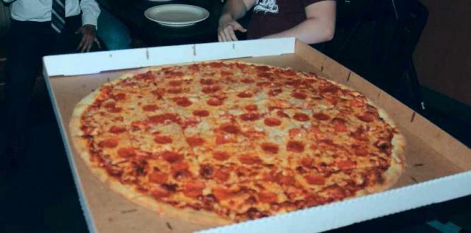 NY Giant Pizza | Courtesy of Gus's New York Pizza & Bar