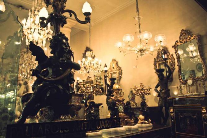 Antiques in San Telmo   Ⓒ Lionel Fernandez Roca/Flickr