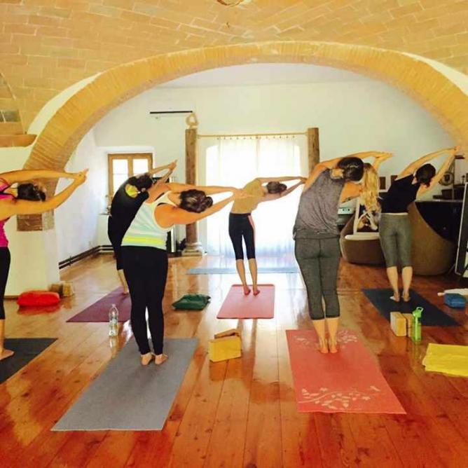 Yoga at Fearless Living Retreat Tuscany   © Pink Pangea