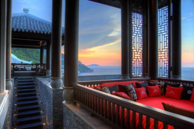 Lobby Day Bed, Intercontinental Da Nang | Courtesy Intercontinental Danang Sun Peninsula Resort