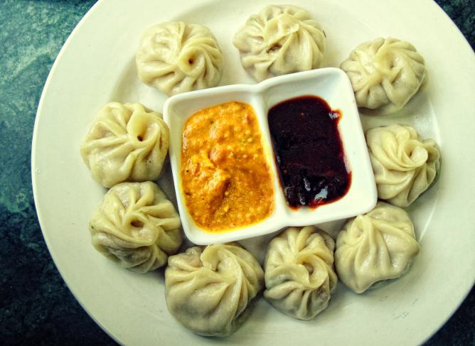 Momo with Sesame Yellow Sauce and Red Ginger Chilli Sauce l Kushal Goyal/WikiCommons