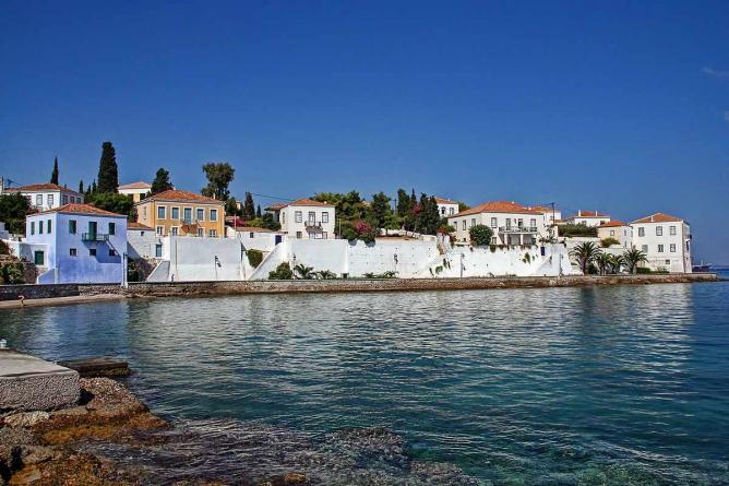 Spetses traditional white houses   © vaggelis vlahos/WikiCommons