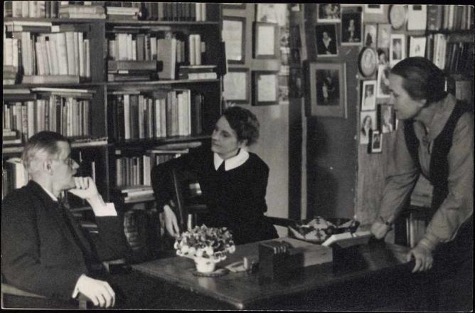 Joyce talking with publishers | Anonymous, WikimediaCommons