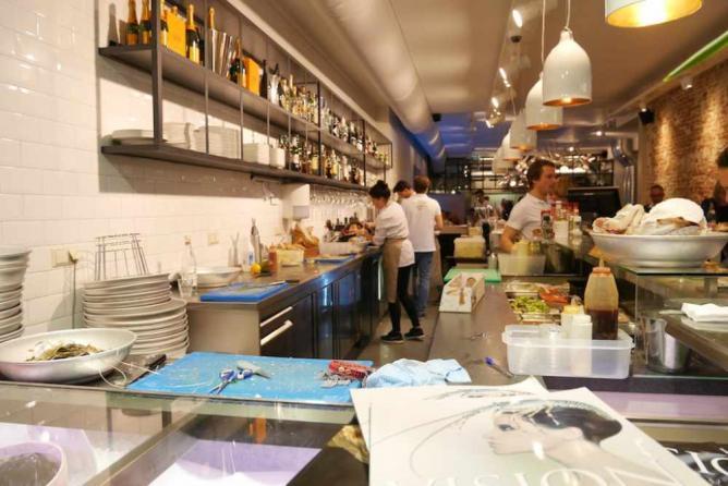 The best restaurants for fresh seafood in amsterdam for Seafood bar van baerlestraat