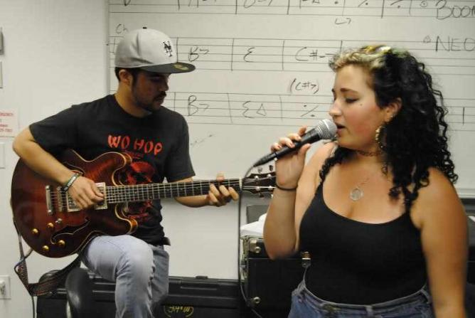 TJ Adorno (L) and Marina Espinet (R) get into the groove | © Will Speros