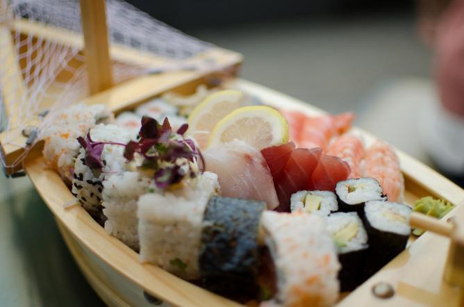 Sushi boat | © Alan Bloom/Flickr