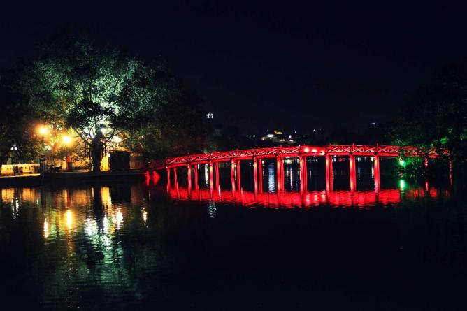 Lake Hoan Kiem by night | © Kriti Bajaj