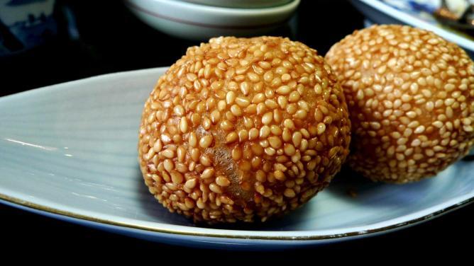 A Chinese dessert: sesame balls | © Goodmami/Flickr