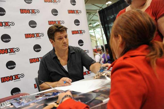Nathan Fillion (Firefly) signing autographs | © mediatonicpr/Flickr