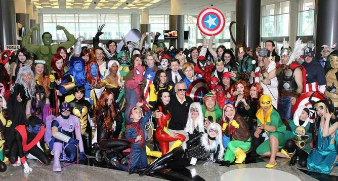 Stan Lee posing with cosplayers | © mediatonicpr/Flickr photo credit Billy Lazarou