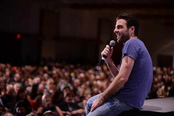 Zachary Quinto (Heroes) addressing a crowd | © mediatonicpr/Flickr