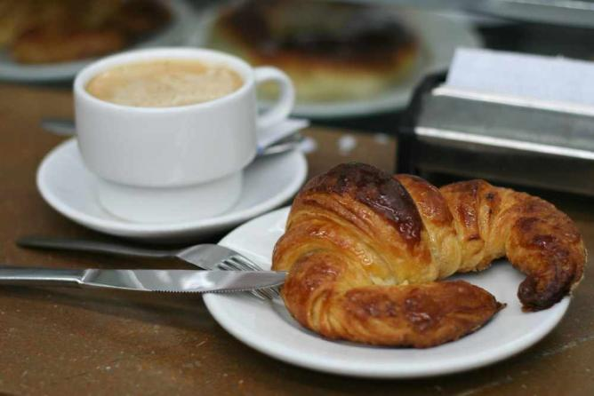 Coffee and Croissant   © Juan Fernández/WikiCommons