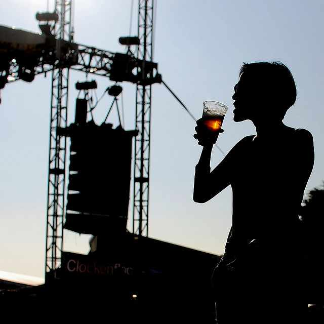 drinking with the band| © justin lim/Flickr
