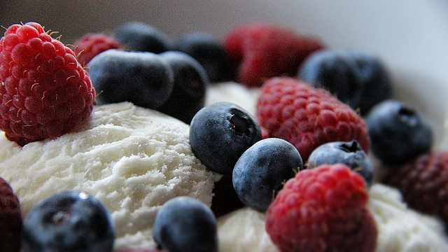 Ice Cream with berries| © Susanne Nilsson/Flickr