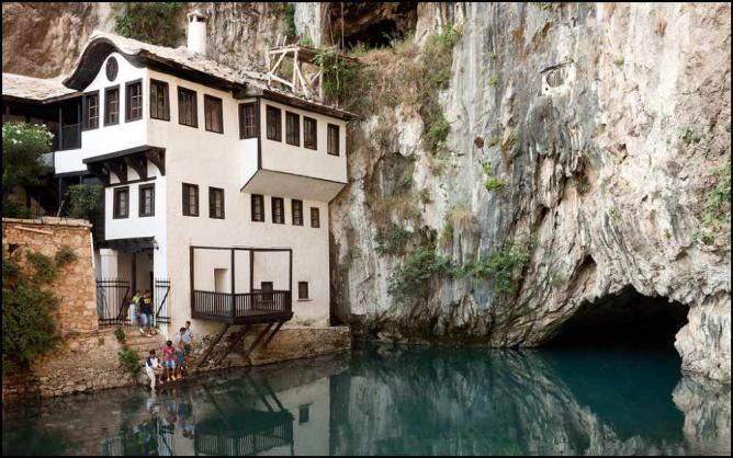 Blagaj monastery | Ⓒ pasosypedales/Flickr