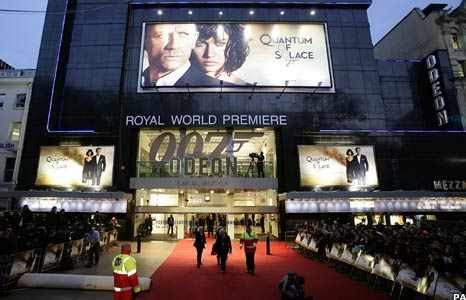 Attend a movie premiere at Leicester Square | © WikiCommons