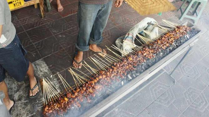 Grilling Sate | © Dietrich Ayala/Wikimedia Commons
