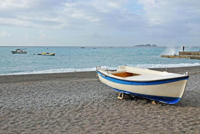 Small beach in Positano   © Dennis Jarvis/Flickr