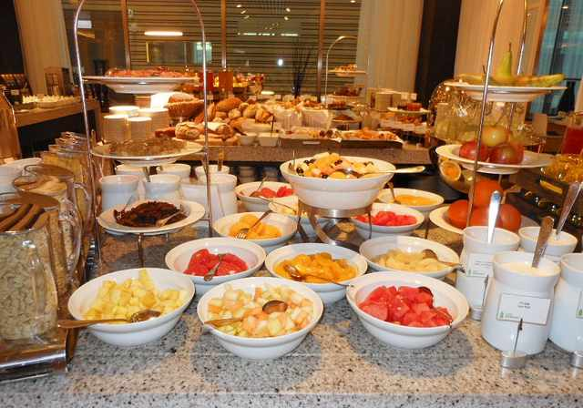 Breakfast Buffet | © Michael Coghlan/Flickr