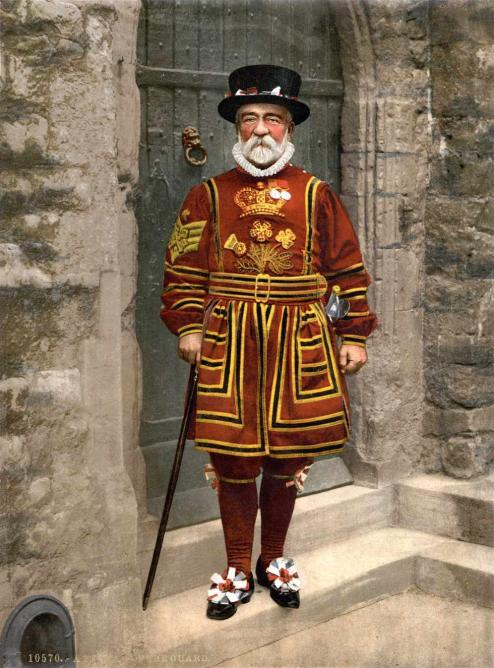 A Yeoman Warder in Tudor State Dress | © Adam Cuerden, Detroit Publishing Company/WikiCommons