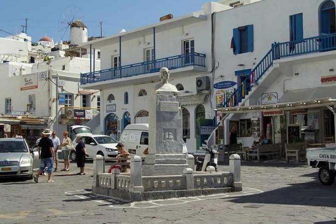 Square of Mantho Mavrogenous, Chora of Mykonos | © Zde/Wikimedia