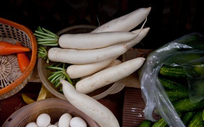 Daikon and other vegetables for sale, Vietnam | © Chris Goldberg/Flickr