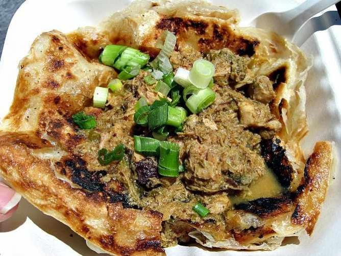 Roti canai with Malaysian mint chicken curry | © manda_wong/Flickr