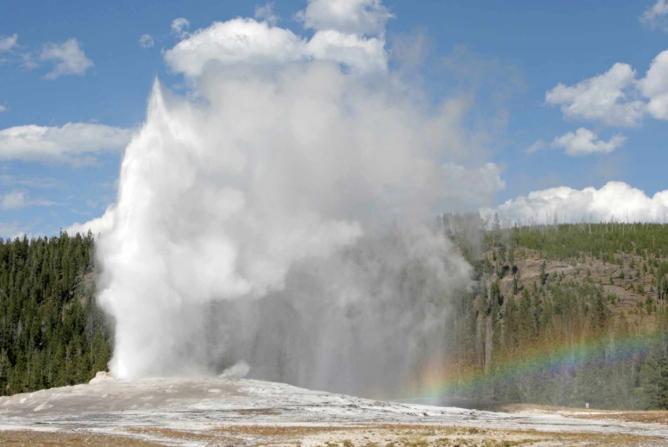 Old Faithful at Yellowstone National Park   © Flicka/Wikicommons