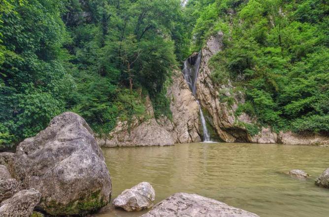 The Agura Waterfall in summer © Ilya Bunin/WikiCommons