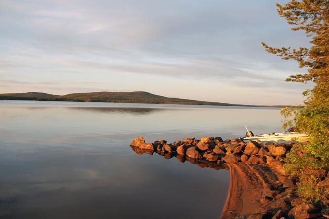 The midnight sun over Lake Miekojärvi, Lapland © naniantero/Flickr