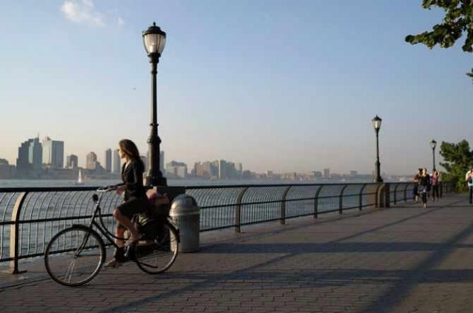 Biking Girl in Battery Park, New York | © Juan Alberto Puentes Puertas/Flickr